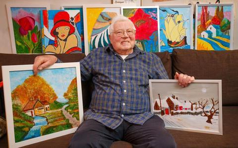 Rinke de Vos tussen zijn kleurrijke schilderijen.