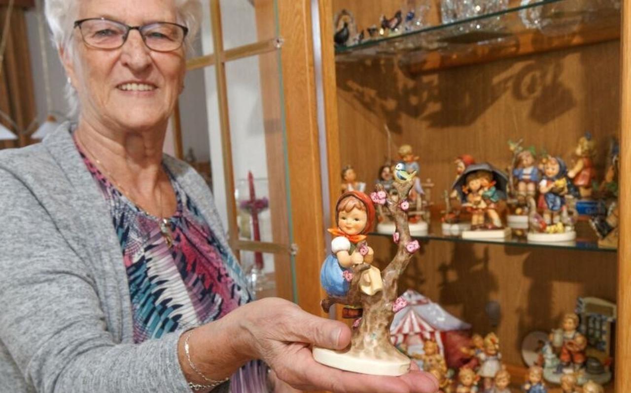 ItieMeijerhof bij haar verzameling Hummeltjes.