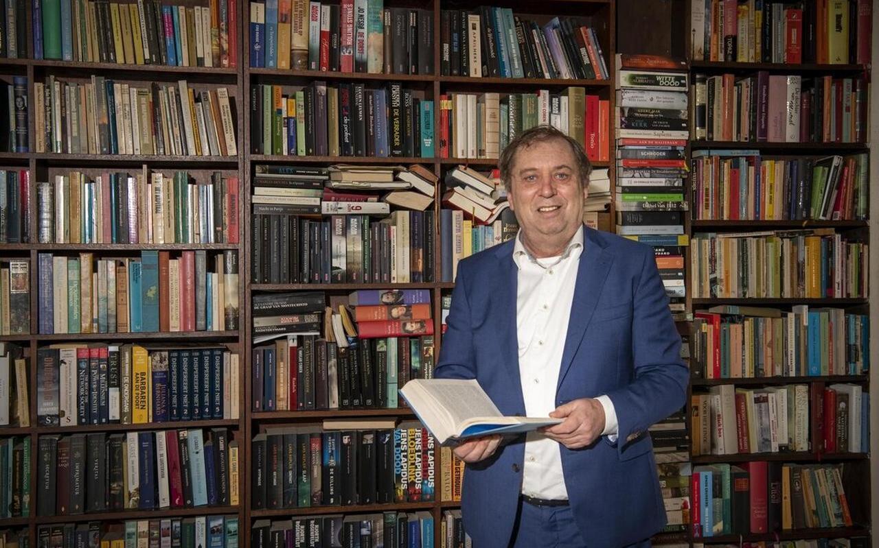 De imposante, uitpuilende boekenwand getuigt van de passie voor geschiedenis.