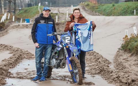 Terug op de De Prikkedam, op de plek, waar Hendrik Bruggen (links) half november na een val ernstig gewond raakte. Zijn vrouw Ingrid, die de EHBO'er van de motorsportvereniging is, houdt zijn opengeknipte raceshirt vast.