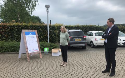 Edwin Frenay van 't Veen en Krista Hooghiemstra verklaren het terrein rookvrij.