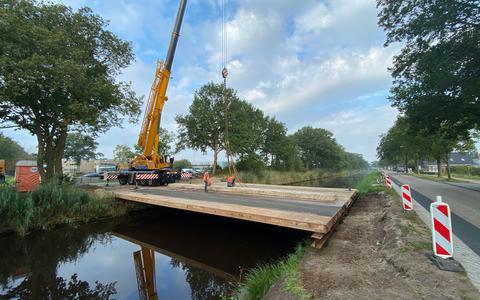 De provincie is begonnen met het aanleggen van een tijdelijke brug.