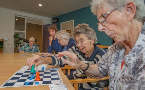 Janie van den Brink, Tetje de Jong en vooraan Geeske van der Veen krijgen schaakles van Martin Ederson.