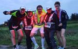 Kirsten Vos (rechts) met enkele van haar teamgenoten tijdens de Roparun.