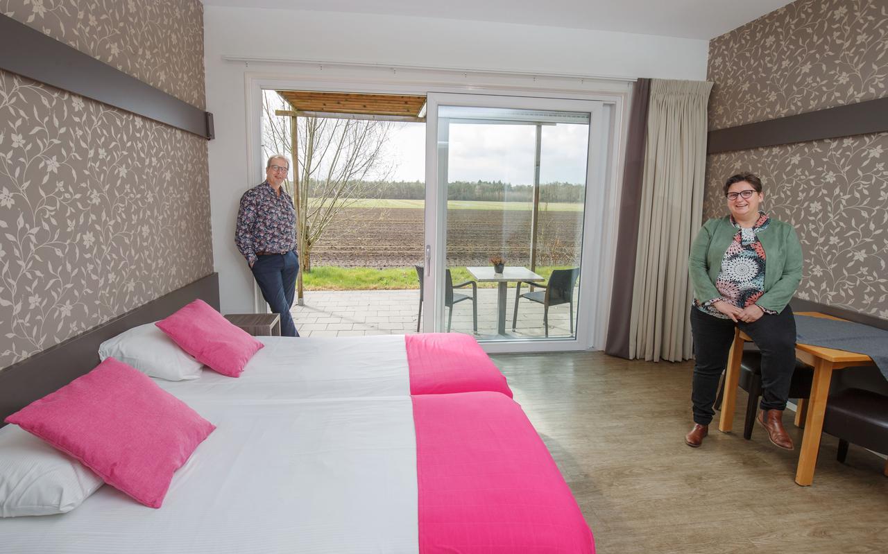 Johan en Annemieke Elsenaar in een van de hotelkamers.
