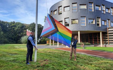Wethouder Esther Verhagen van Ooststellingwerf hijst de vlag.