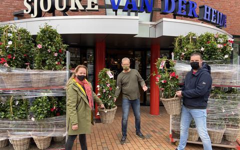 Koplopers Vanessa de Vos (Vos&Zo) en Mark Wever (Top1Toys) overhandigen de eerste plant aan collega Winkelhart-ondernemer Piet van der Heide (Sjouke van der Heide).