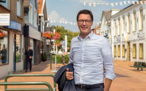 Wethouder Marcel Bos in het winkelcentrum van Oosterwolde.