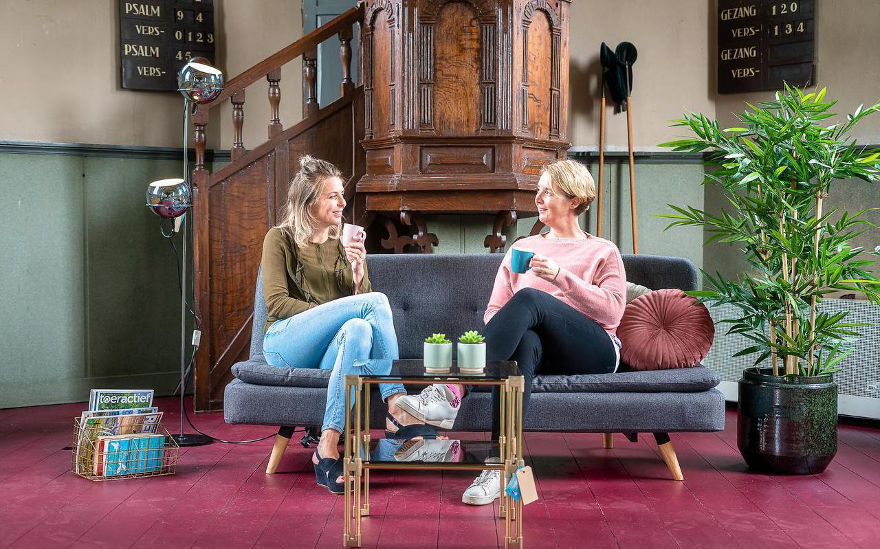 Sanne Kiel (links) en Jennemie Stoelhorst in de Pieter Stuyvesantkerk in Peperga.