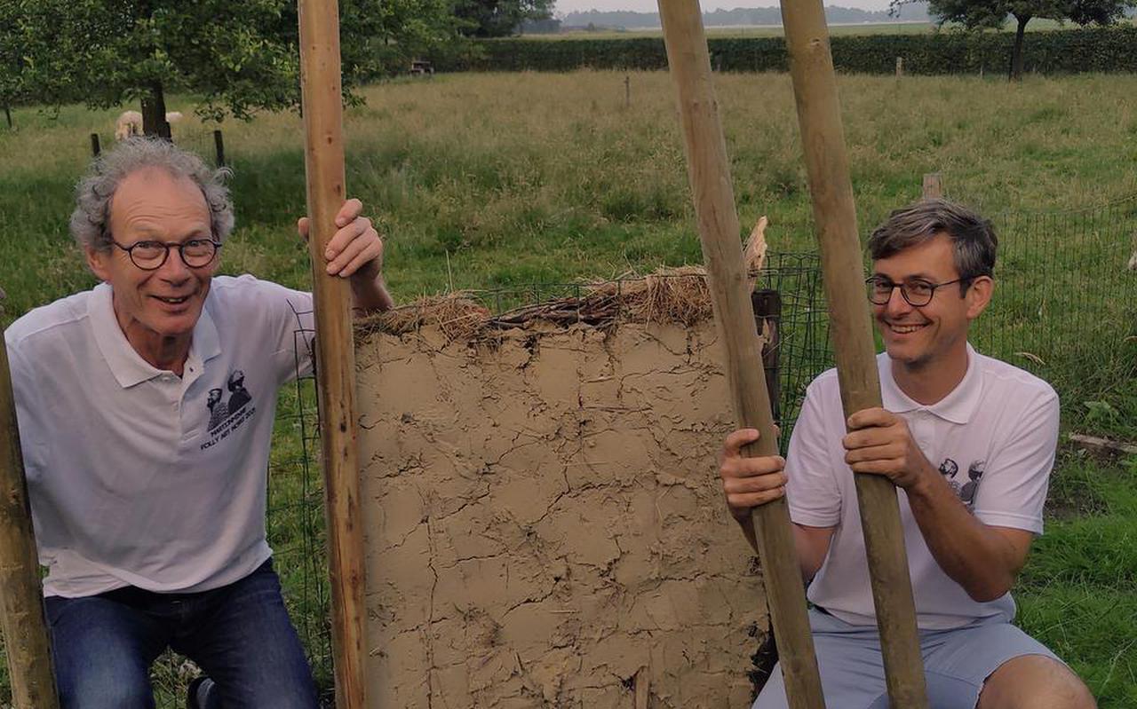 Minne Galama (links) en Martijn Zwagerman bij hun eerste proefmuurtje.