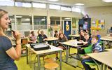 Jongerenwerker Laura Brinkman gaat in gesprek met de leerlingen.