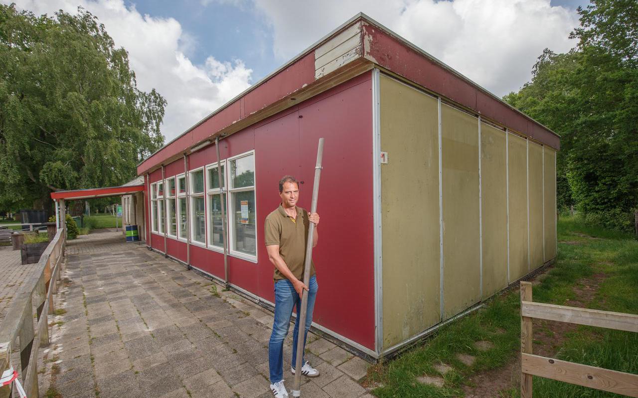 11-06-2021 Haulerwijk: sv Haulerwijk is toe aan nieuwbouw. Op de foto voorzitter Ronald de Vries bij de vervallen kantine. Fotograaf: Rens Hooyenga