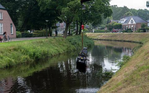 Een persoon is zondagmiddag in Oosterwolde door omstanders uit de Opsterlandse Compagnonsvaart gehaald.