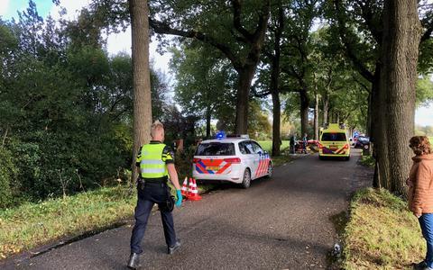 Op de Oostvierdeparten bij Noordwolde zijn dinsdagochtend twee mensen gewond geraakt. Ze zaten samen met nog iemand op een menwagen.