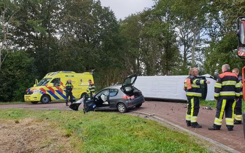 Op de Balkweg bij Makkinga zijn woensdagochtend een auto en een bestelbus met elkaar in botsing gekomen. De bestelbus belandde bij de botsing op de zijkant.